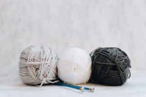 Baumwolle, Merinowolle und Bambusfaser auf dem Tisch im Zimmer